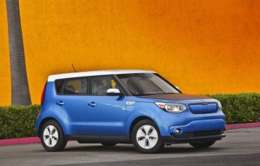 The 2015 Kia Soul EV is distinguished from gasoline models by the flush grille and flat alloy wheels.