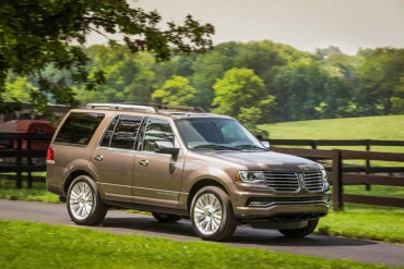 The Lincoln Navigator is a handsome, full-size SUV that can be equipped with optional 22-inch alloy wheels.