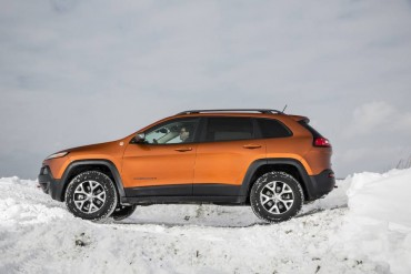 Short overhangs and excellent ground clearance show that the Cherokee was designed for adventurous driving.