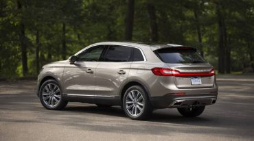 The 2016 Lincoln MKX is handsomely styled and rolls on premium 20-inch wheels.
